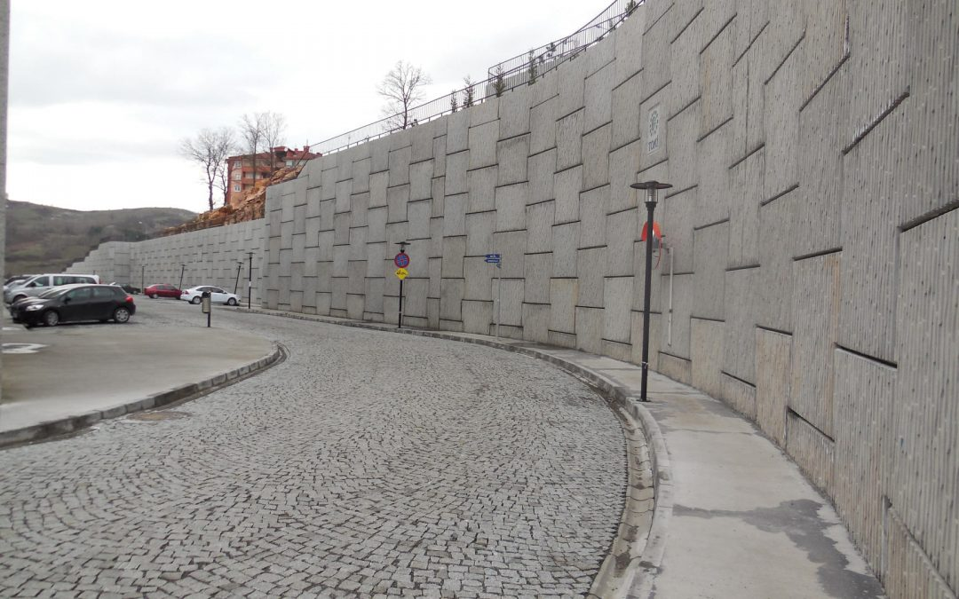 East İnşaat Polimer Şeritli ve Çelik Donatılı Toprak Duvar Sistemleri Toprakarme sistemlerinde, 30 yıldır deneyim, mühendislik, tasarım, proje ve uygulamasıyla 600,000 m2'yi aşan duvar alanı